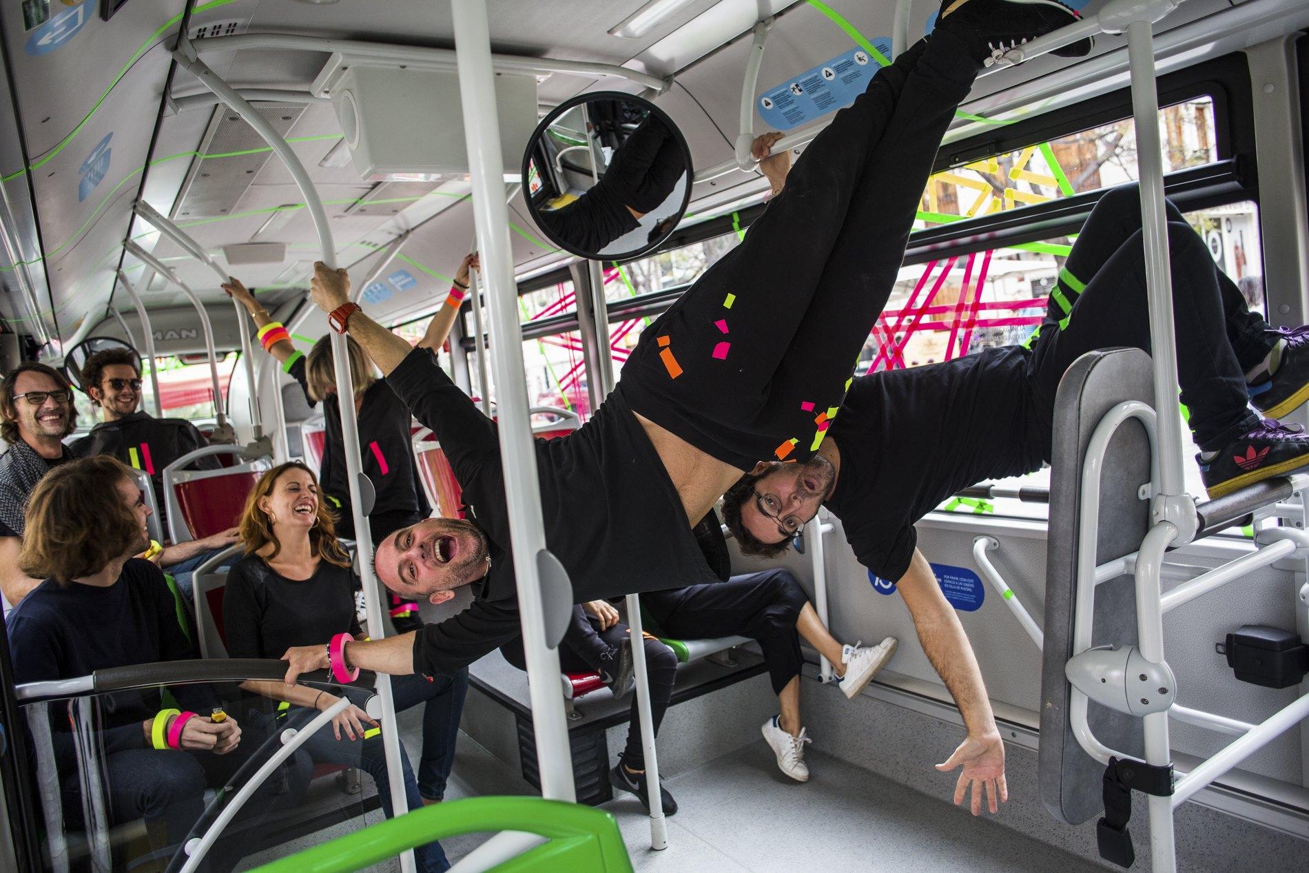 El Colectivo Tape Art Society (TAP) en una de sus 'performances' en el transporte público valenciano.