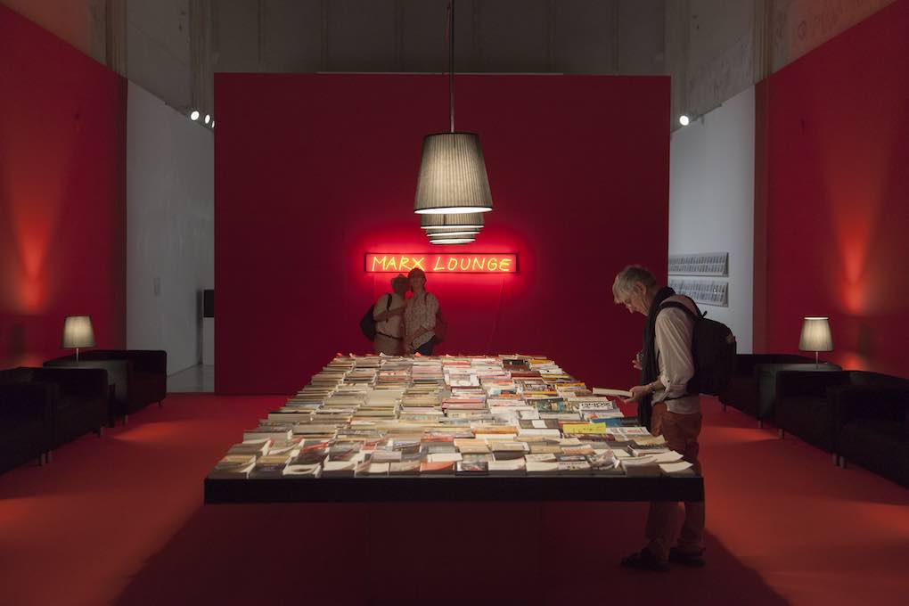 La obra 'Marx Lounge', de la exposición de Alfredo Jaar para el CAAC. Foto: Beto Criado.