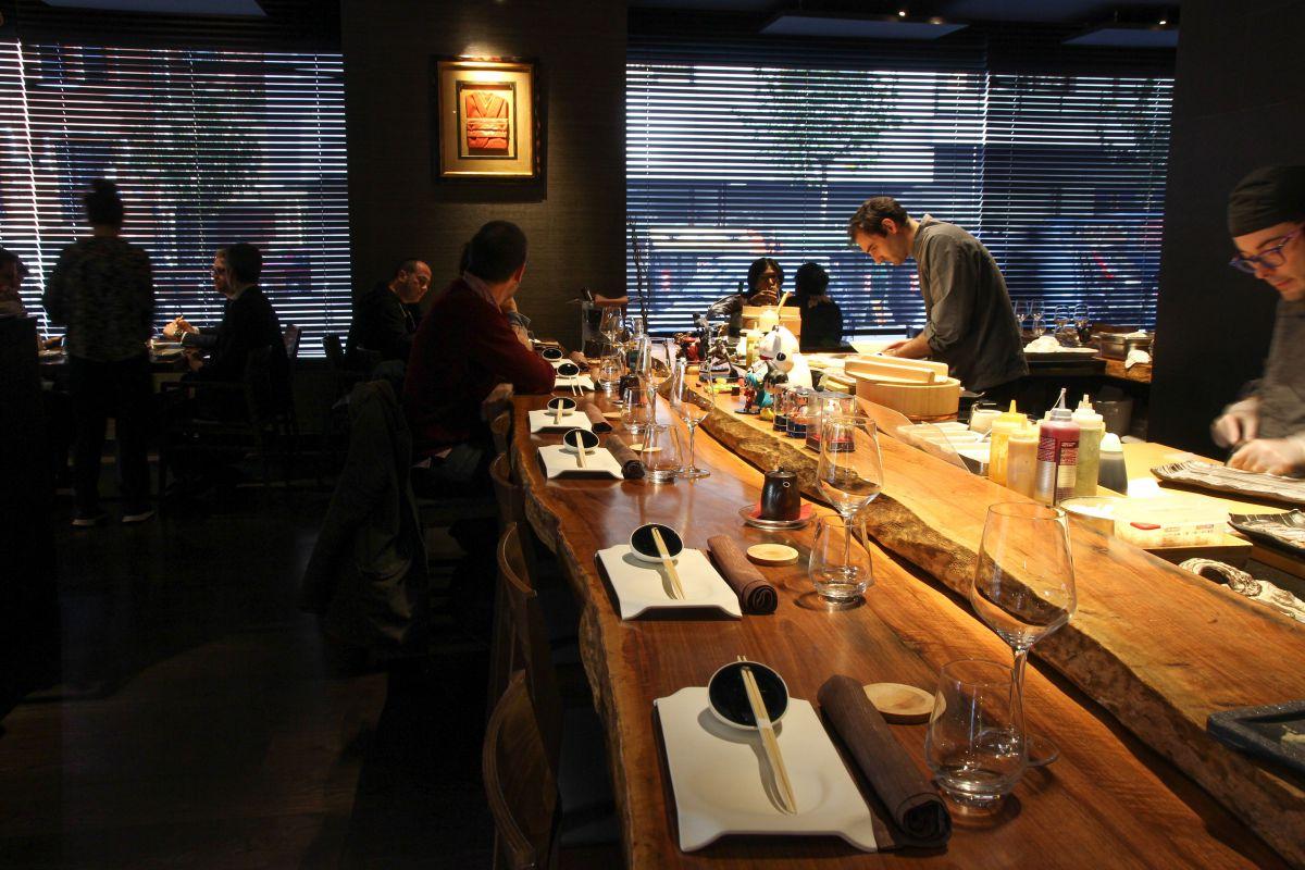 El ambiente intimista, minimalista y relajante del local permite degustar con calma.