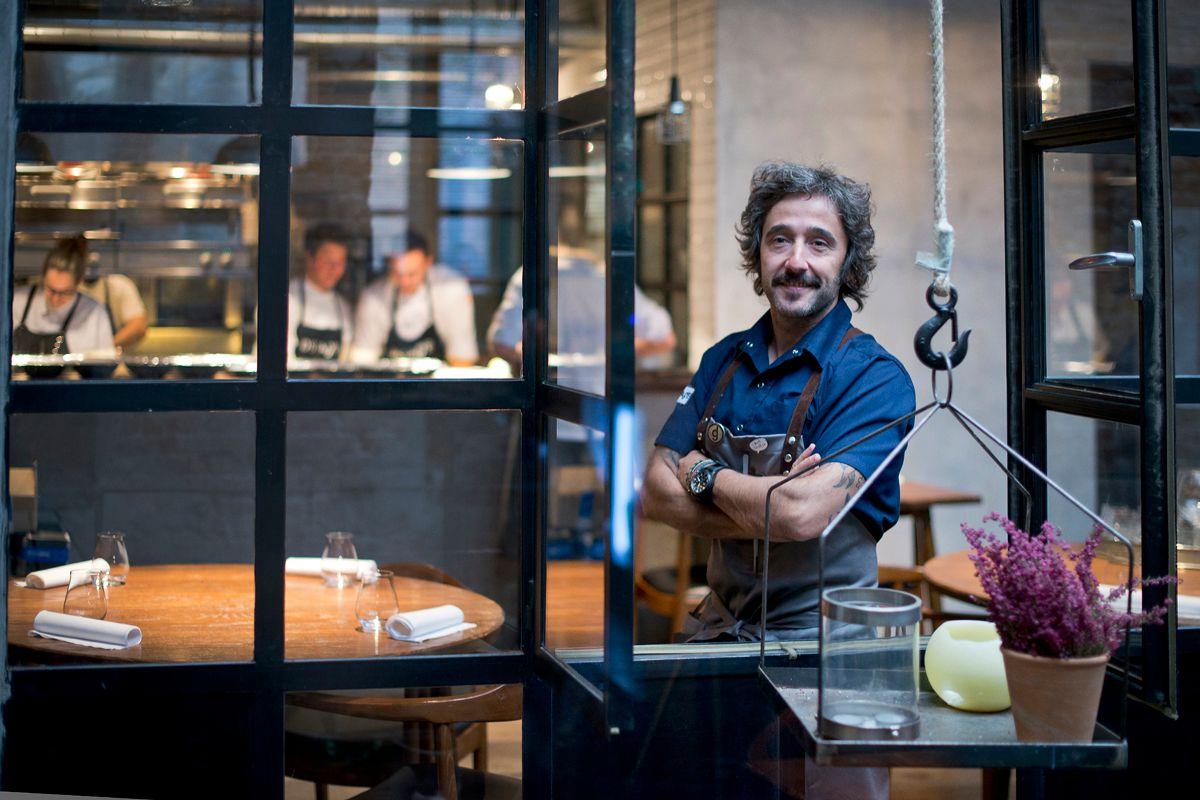 Diego Guerrero en su restaurante, 'DSTAgE'. Foto: Sofía Moro.