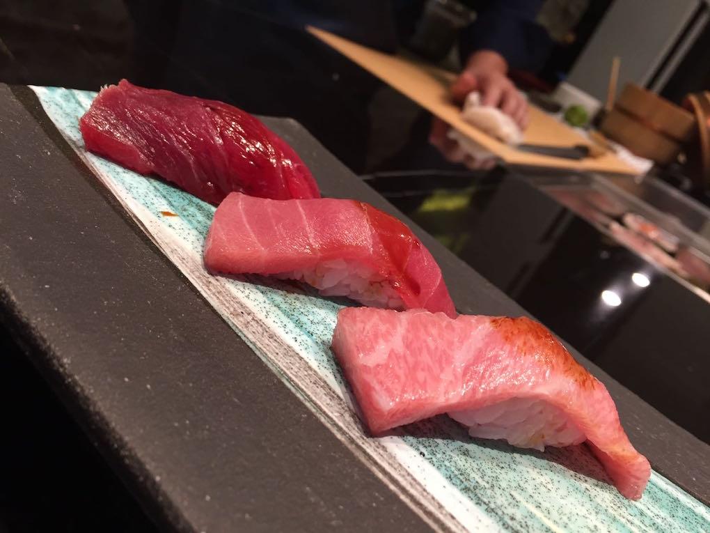 Sushi de atún de Mario Payán de Kappo: ventresca (toro), tarantelo (chu-toro) y descargamento (akami)./ Foto:J. Seoane
