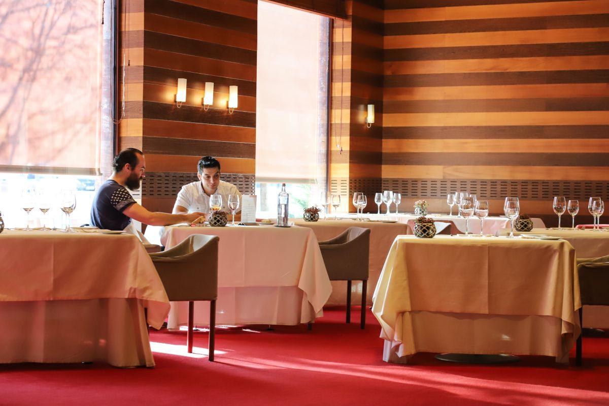 El diseño del restaurante, donde la madera es la protagonista, se inspira en una caja de puros.
