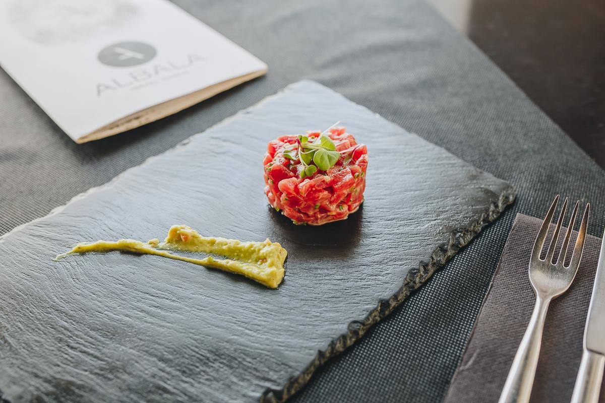 El delicioso tartar de atún de 'Albalá'. Foto: Javier Sierra.