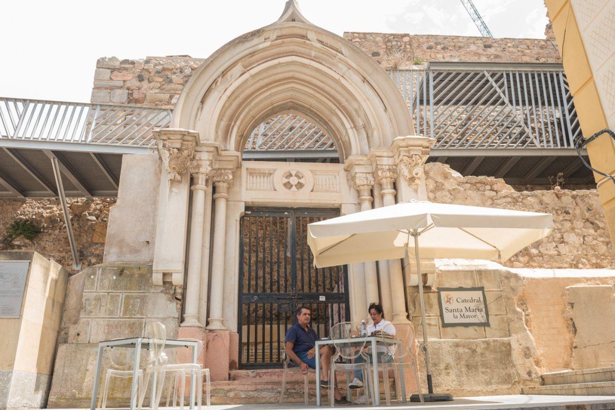 Una mesa con clientes junto a la catedral de Cartagena, en Murcia.