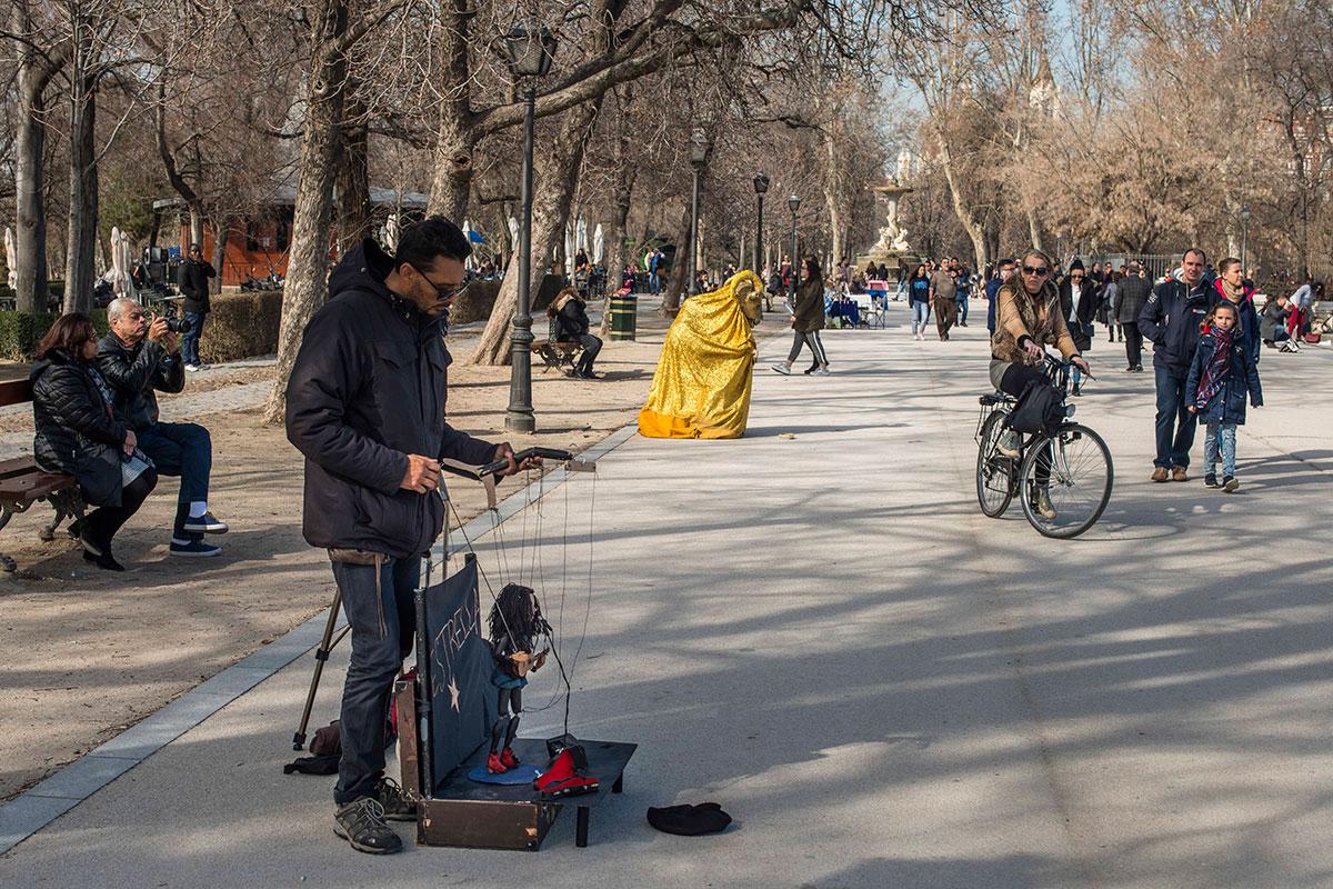 Camilo llegó al Retiro para vender pipas y encontró el camino de sus marionetas.