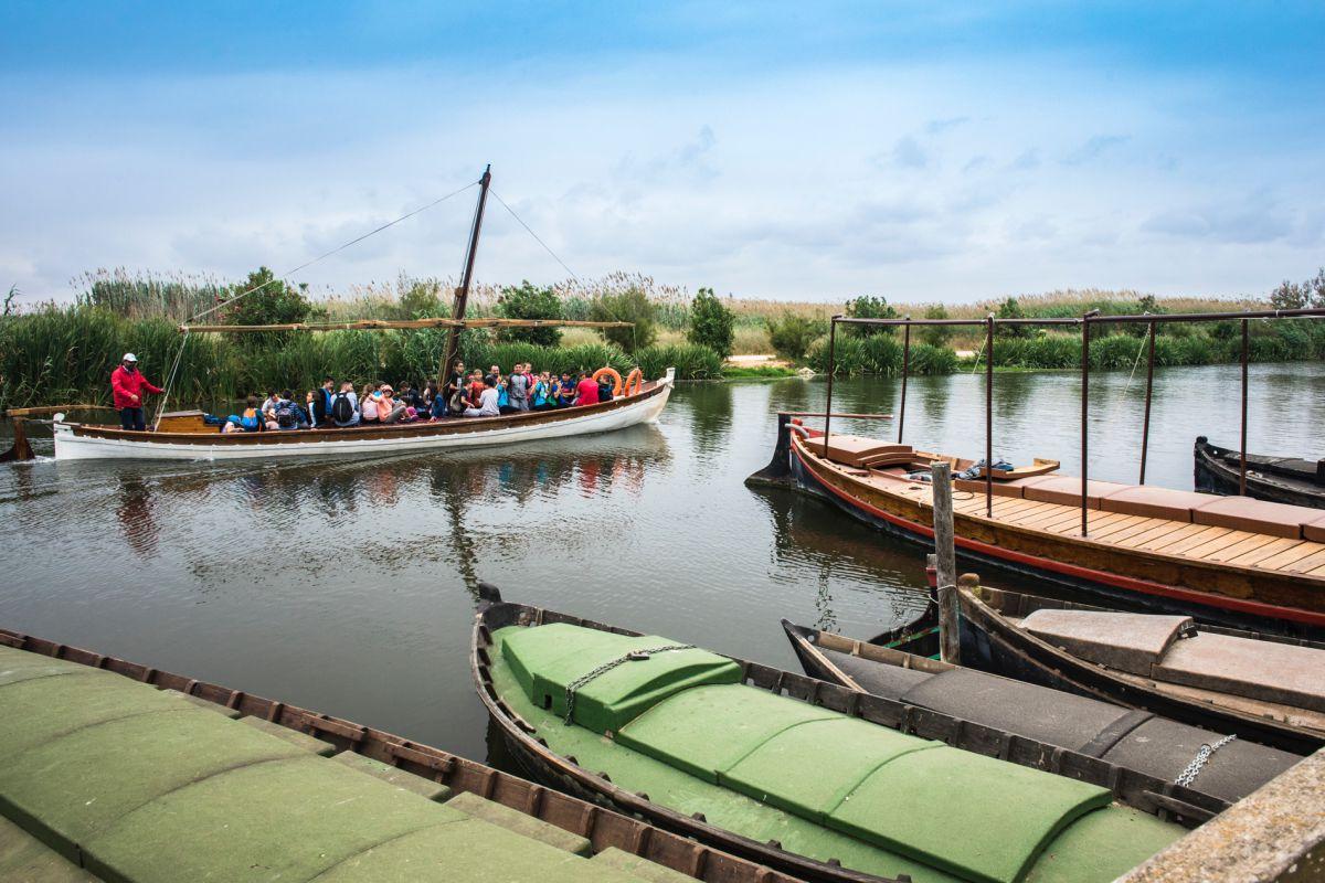 Un grupo de visitantes pasean en barca por La Albufera, a la altura de Catarroja, Valencia.