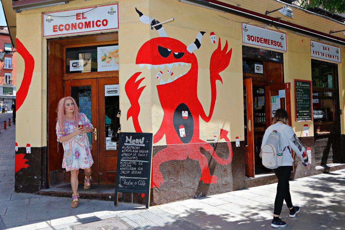 La Prohibida en la puerta del bar El Económico, en Lavapiés, Madrid.