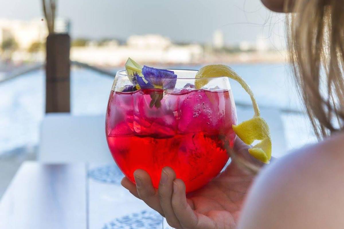 El mar y un buen cóctel para disfrutar. Foto: Amàre Marbella.