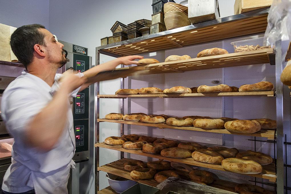 En el obrador trabajan Hernán, maestro panadero, y Daniel, el pastelero.