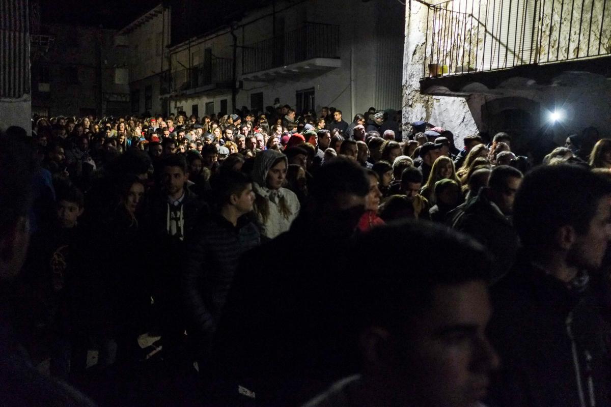 El pueblo acompaña al héroe local poco después de la medianoche mientras canta a San Sebastián.