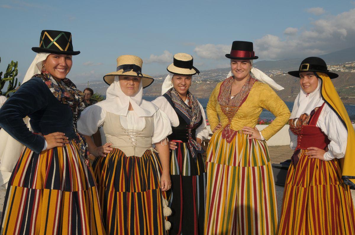 Varias romeras ataviadas de magas o con los trajes típicos de campesinas de Tenerife.