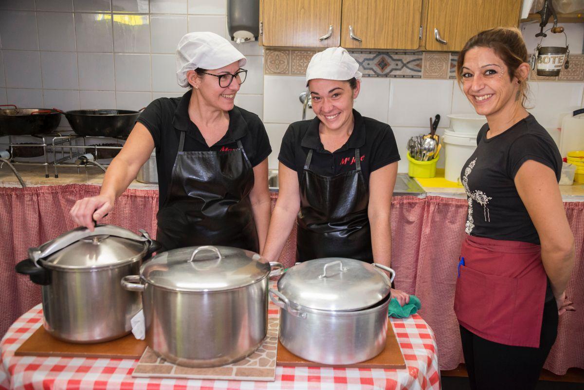 Mari, la mujer del propietario, y las cocineras del guachinche Quintero, en Tenerife, junto a las grandes ollas que preparan a diario.