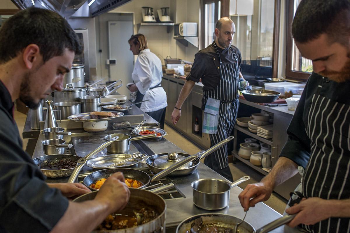 Dos jóvenes cocineros, Luis Alberto y su madre trabajan en sintonía en la tranquila cocina de Lera.