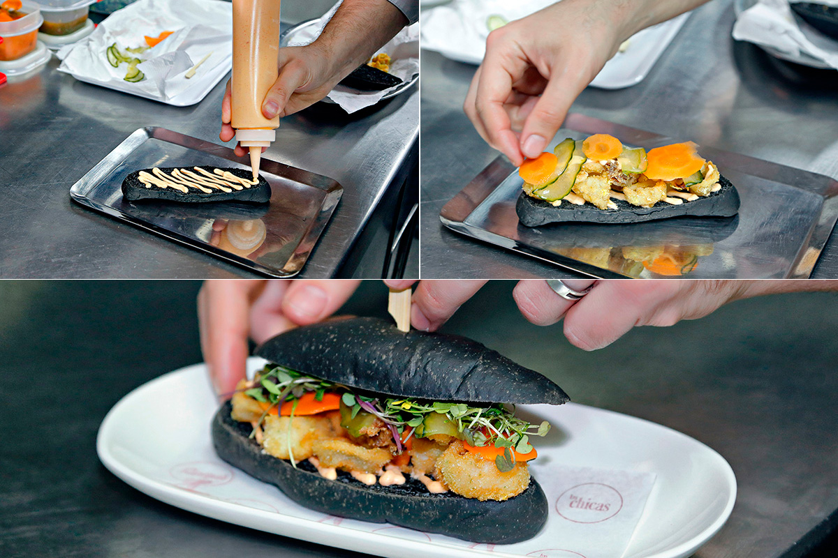 Las fases de elaboración del bocadillo de calamares con mahonesa de kimchi y encurtidos.