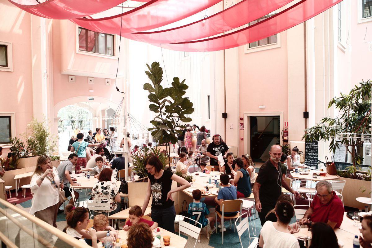 La cafetería conforma el núcleo central desde la que se accede a las diferentes salas. Foto: Espacio Abierto.