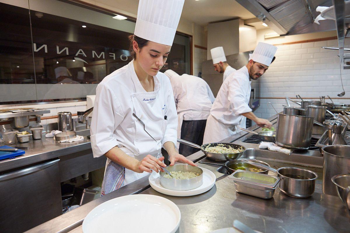 Preparando el risotto con alcachofas, uno de los más esperados.
