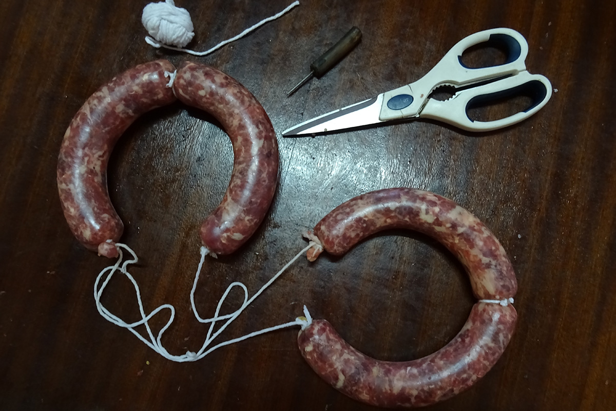 Los embutidos ya listos con la cuerda para colgar, durante la matanza del cerdo ibérico en la comarca de Los Barros, Badajoz.