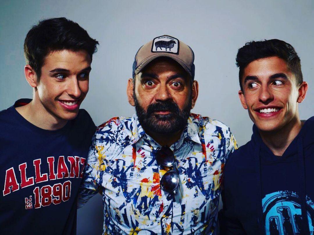 """""""Sumando 7 mundiales entre los 3"""", comenta Corbacho junto a los """"Márquez Brothers"""". Foto: Instagram."""
