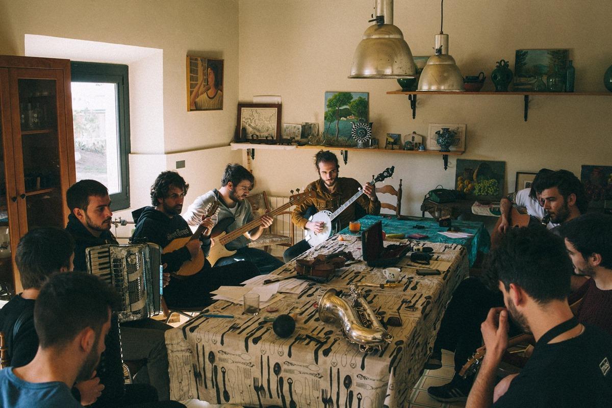 La banda durante los preparativos de la celebración de sus 5º aniversario en Cal Pau  (Barcelona). Foto: Facebook La M.O.D.A