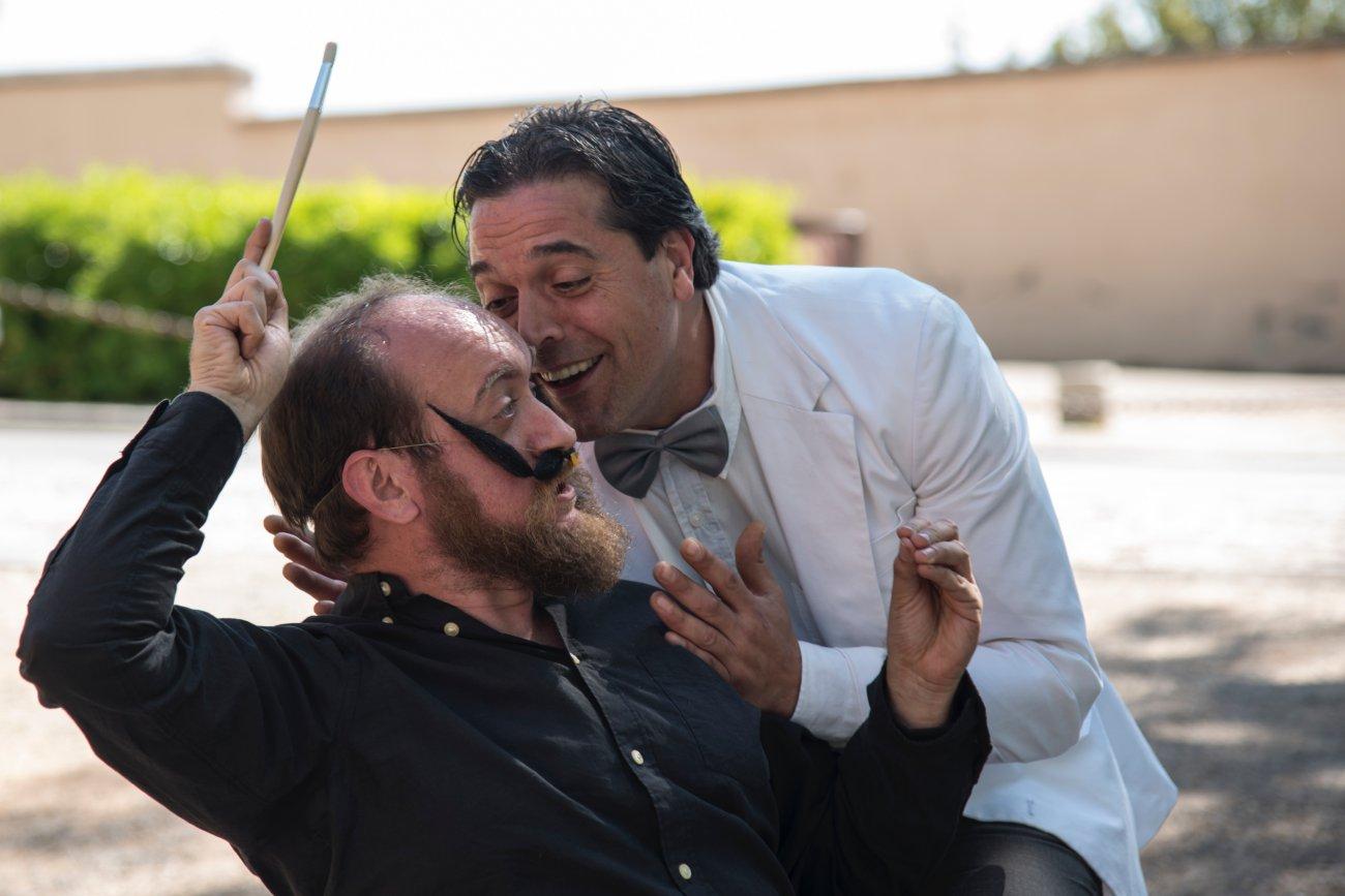 Dos actores interpretan al poeta Federico García Lorca y al pintor Salvador Dalí en una representación callejera en Granada.