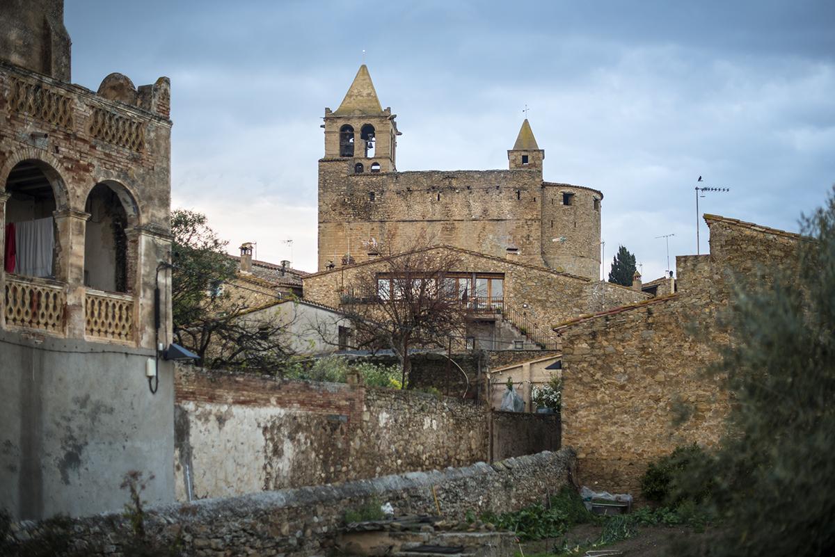 Madremanya (Báix Ampurdán) Durante el sitio a Girona por los franceses, la iglesia fue un fortín y refugio contra los gabachos.