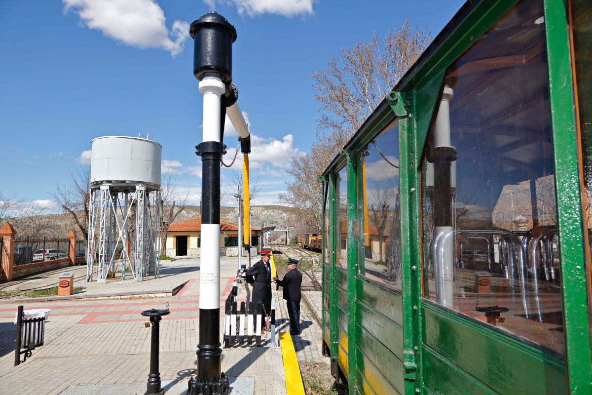 En la estación puede verse el depósito de agua y la carbonera que alimentan las locomotoras de vapor.