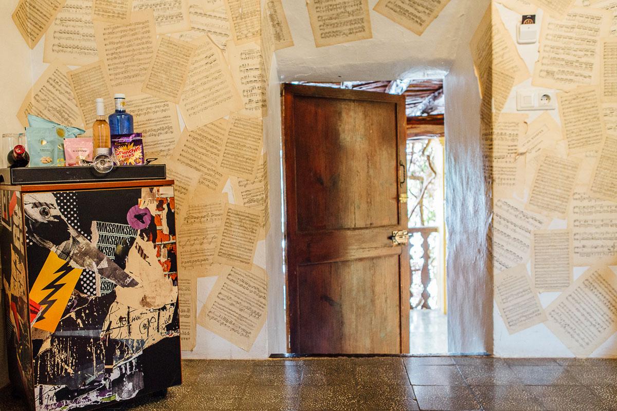 Partituras cubriendo una de las paredes de la habitación 17.
