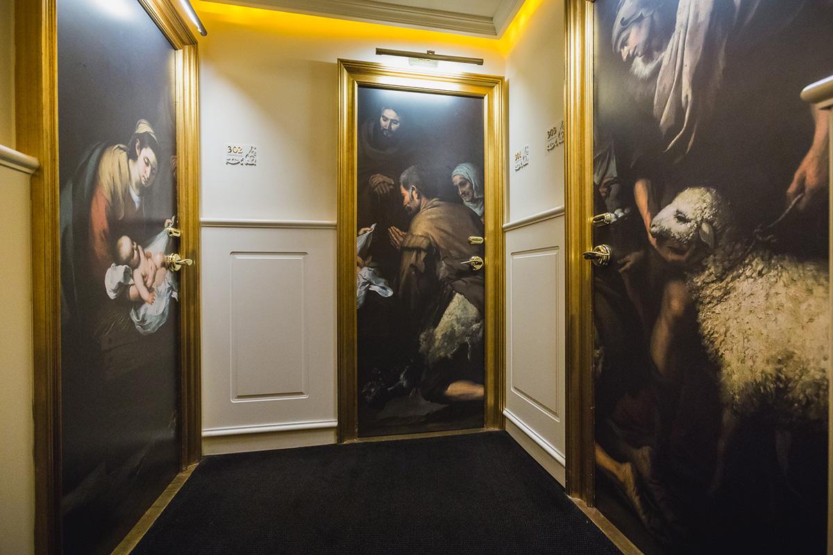 El 'Hotel Gran Meliá Colón' tiene una planta dedicada al pintor con extractos de sus obras en las puertas.