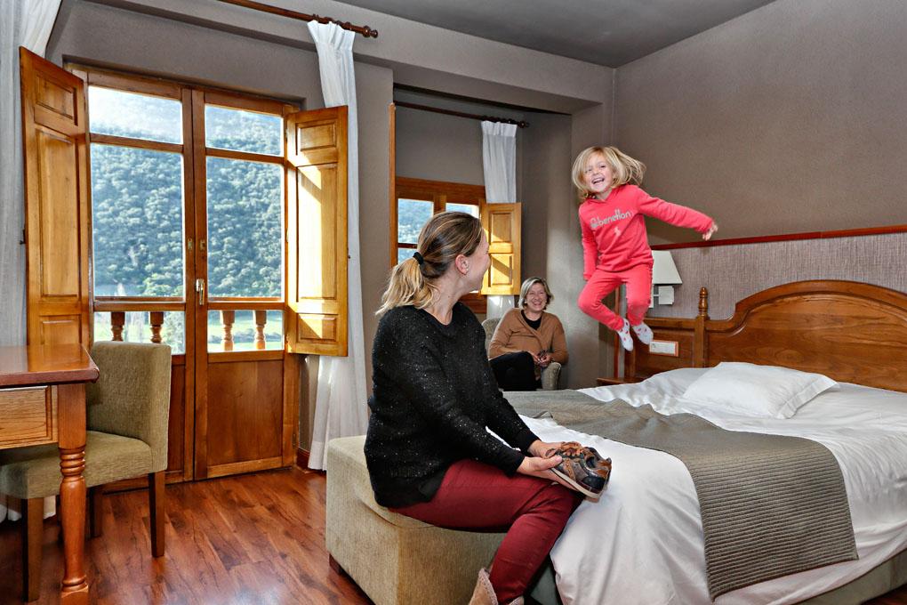 Fina junto a su hija, en una de las habitaciones del hotel. Foto: Roberto Ranero.