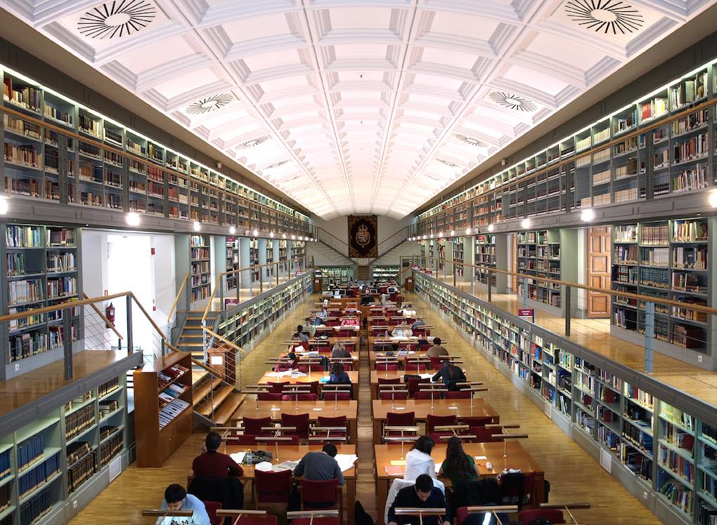 Grandes espacios en el interior de la Biblioteca Pública de Castilla La Mancha. Foto: Biblioteca pública de Castilla-La Mancha.