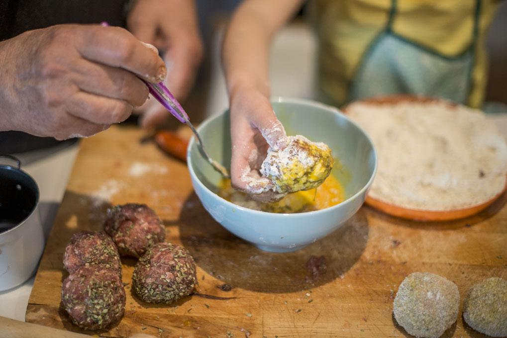Pasar la carne por el huevo batido y empanar en el pan rallado o los copos de maíz triturados.
