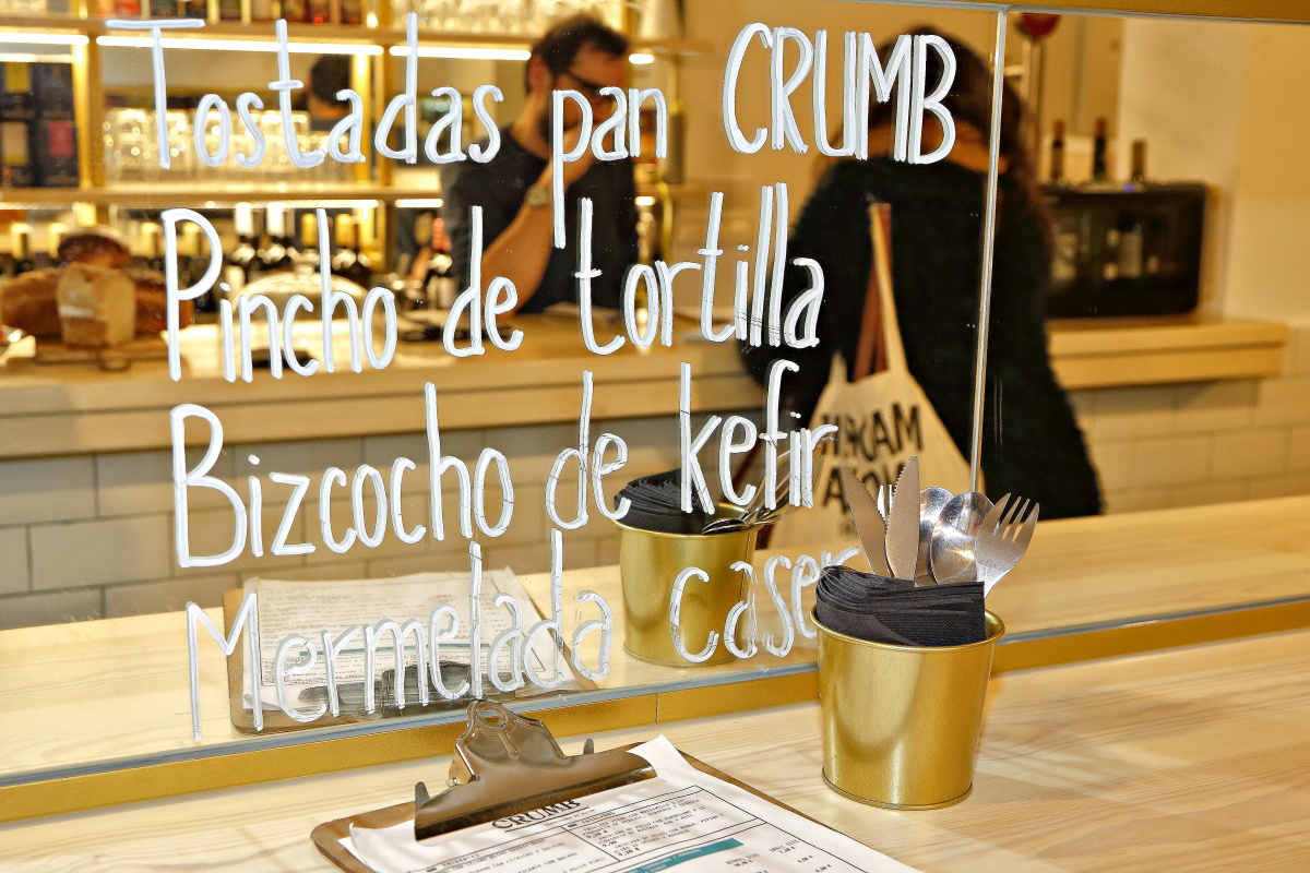 Escaparate de la sandwichería 'Crumb' en Madrid con alguna de las especialidades pintadas.