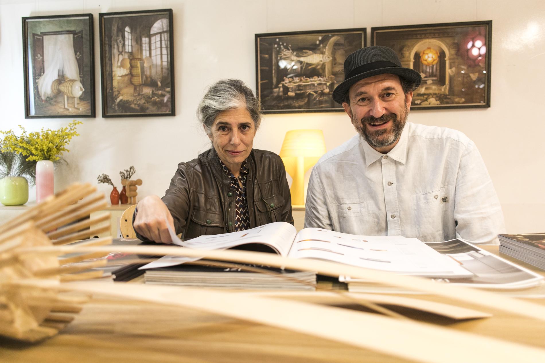 Mariví y Sandro revisando su último catálogo que, como las lámparas, cuidan al detalle.