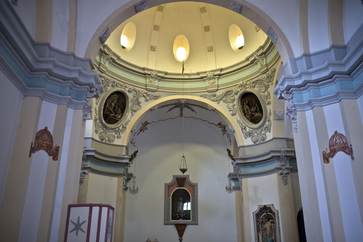 Interior de la ermita con el púlpito policromado.