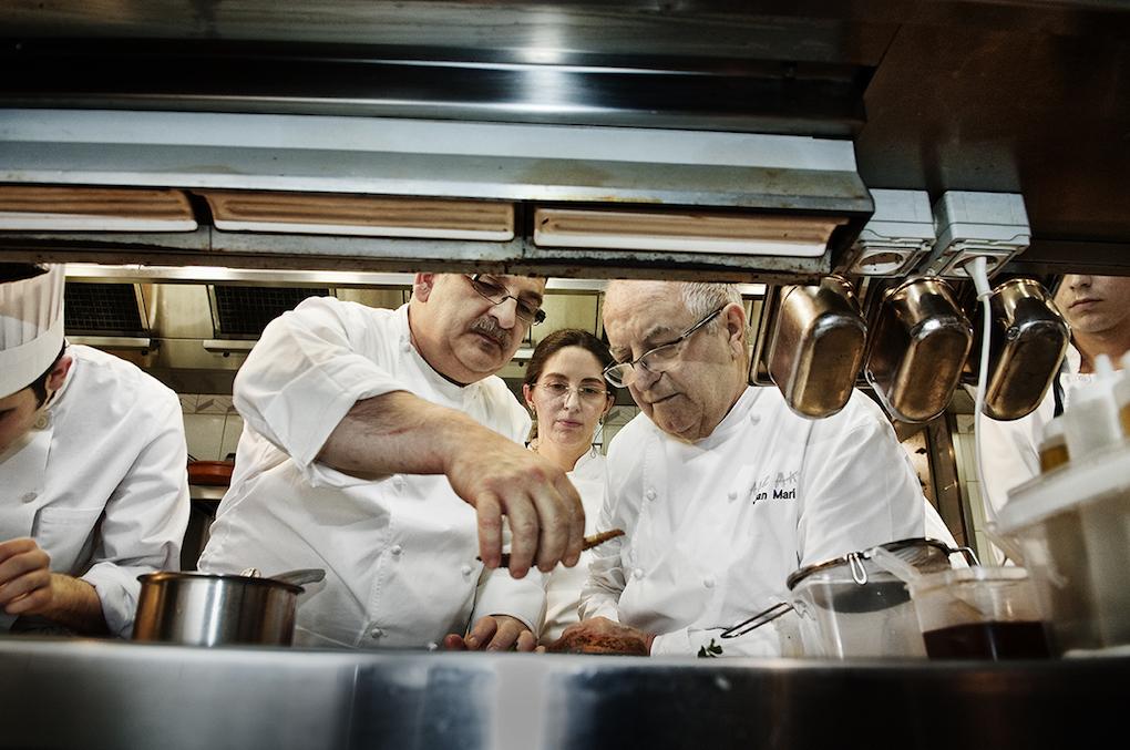 Juan Mari Arzak junto a su equipo de cocina. Foto: Alfredo Cáliz