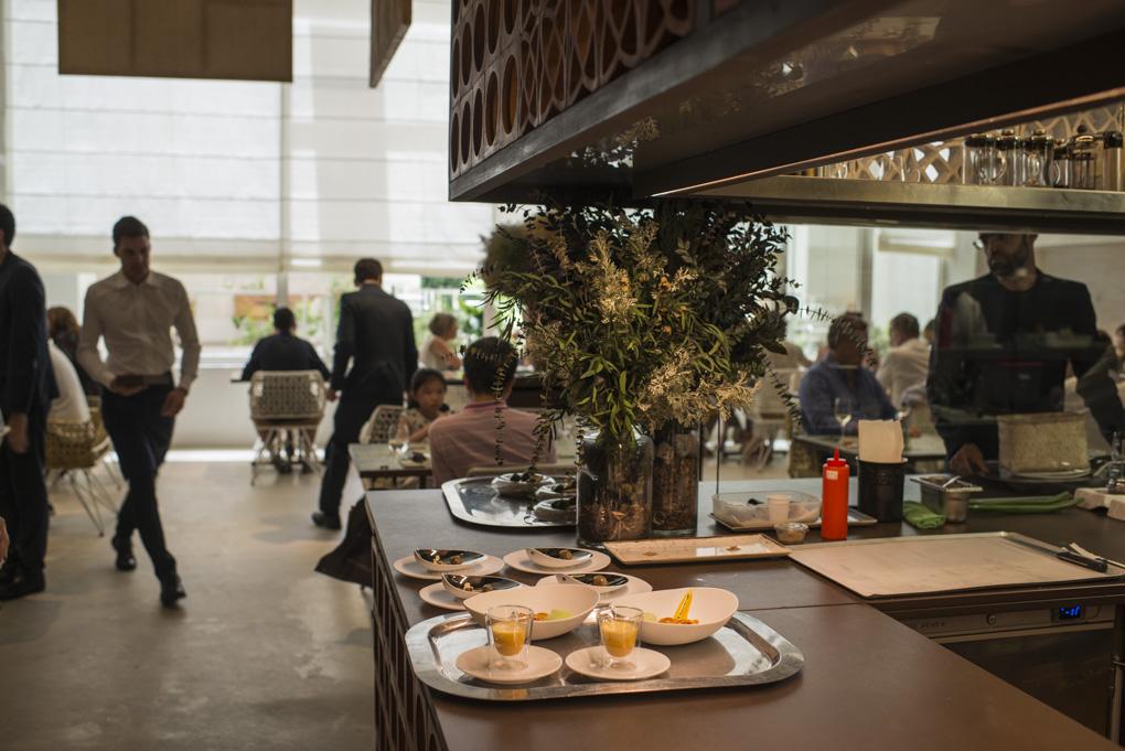 vista del restaurante con decoración informal y mediterránea
