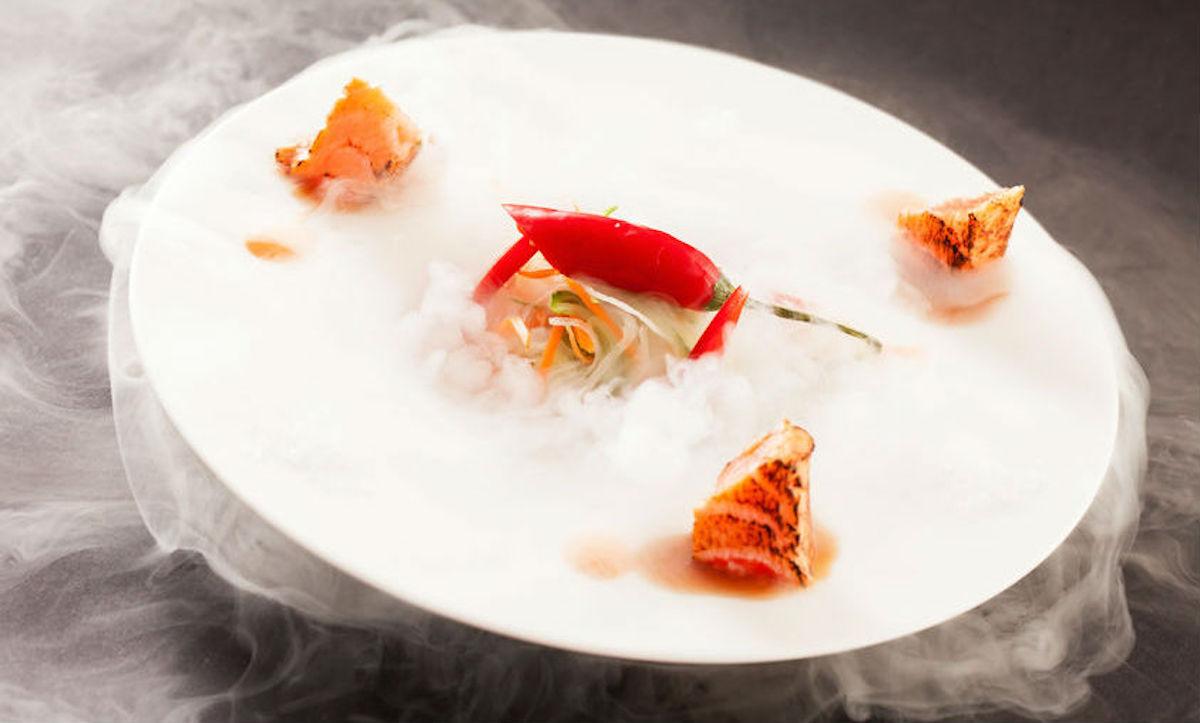 Salmón y chile cocinados con nitrógeno líquido.