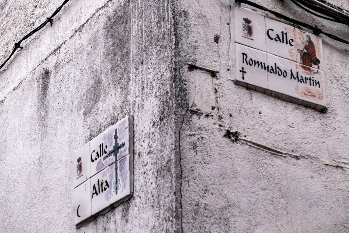 Encuentro de una calle del barrio cristiano con una del barrio árabe en Casar de Palomero.