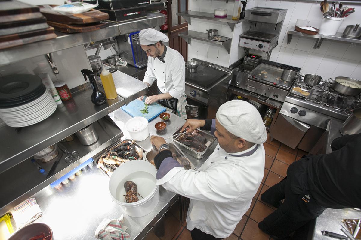 La cocina tiene un tamaño que obliga a trabajar codo con codo.
