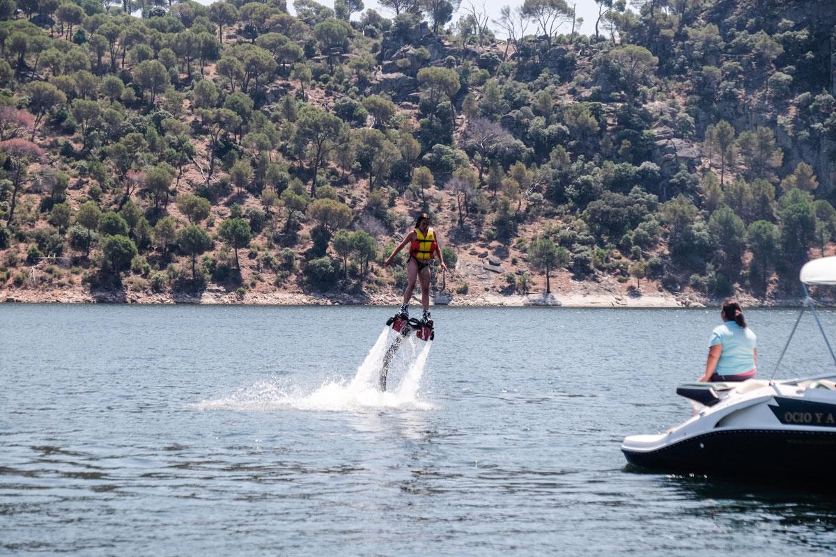 Practicando 'flyboard' para volar sobre el agua con chorros de agua a presión.