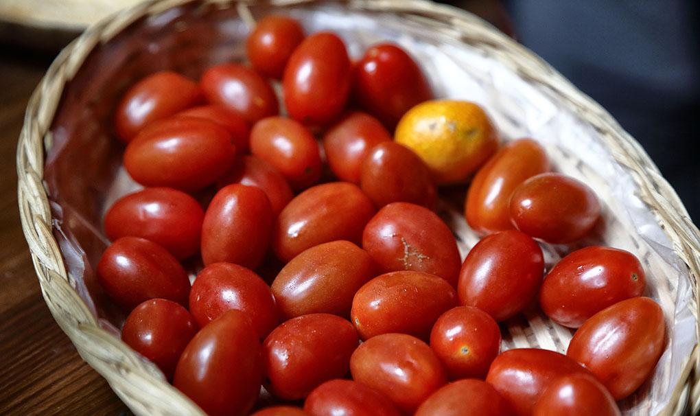 Cesta con tomates cherry.