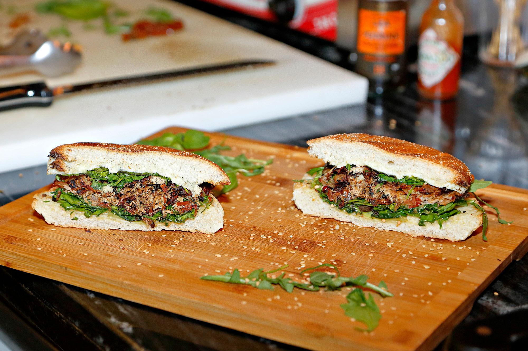El pan que encierra esta delicia lo hacen en un horno de piedra cercano, el de la famosa pizzería 'NAP'.