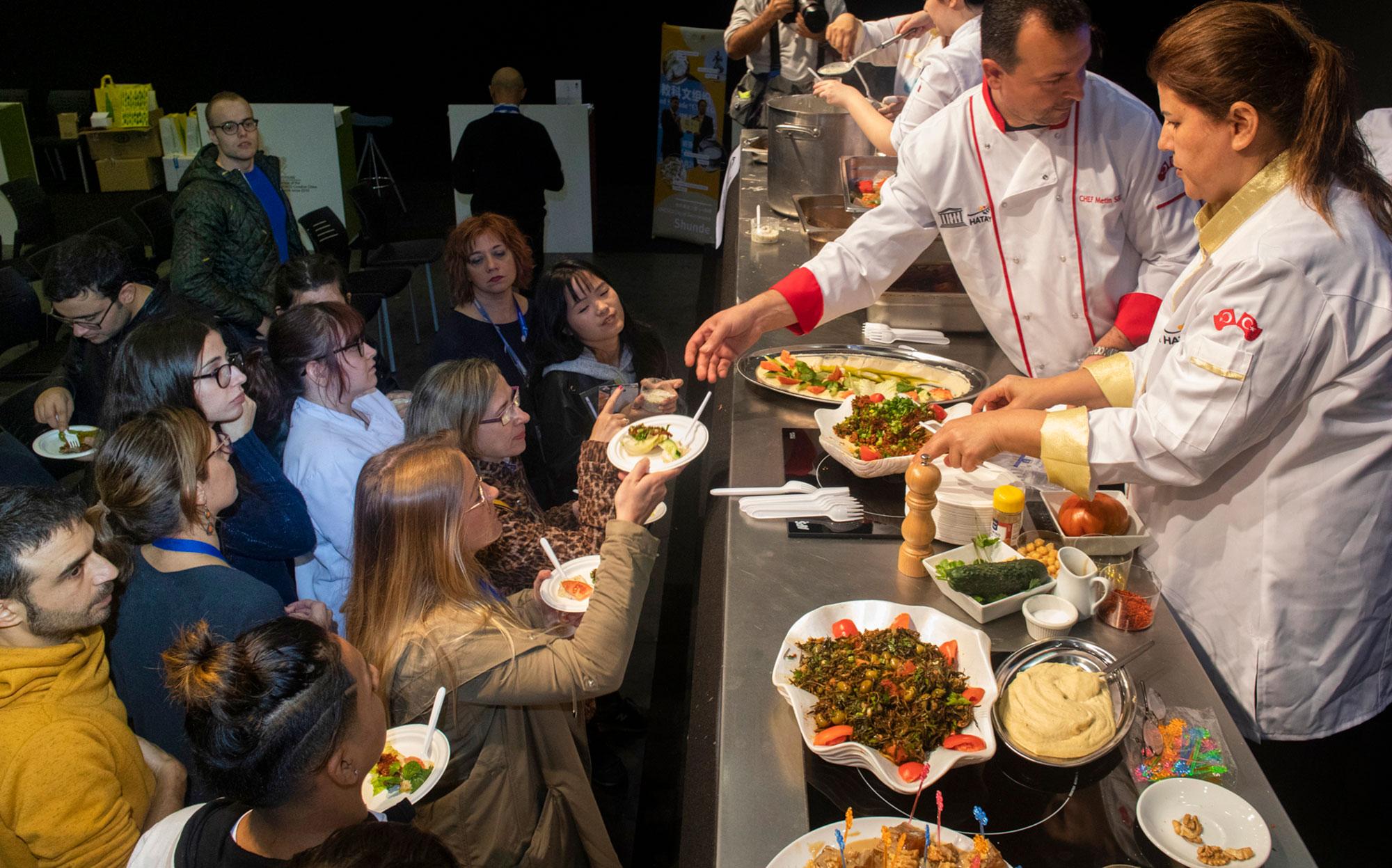 Por este stand han pasado a lo largo de tres días 11 cocineros procedentes de seis ciudades vinculadas a la Ruta de la Seda.