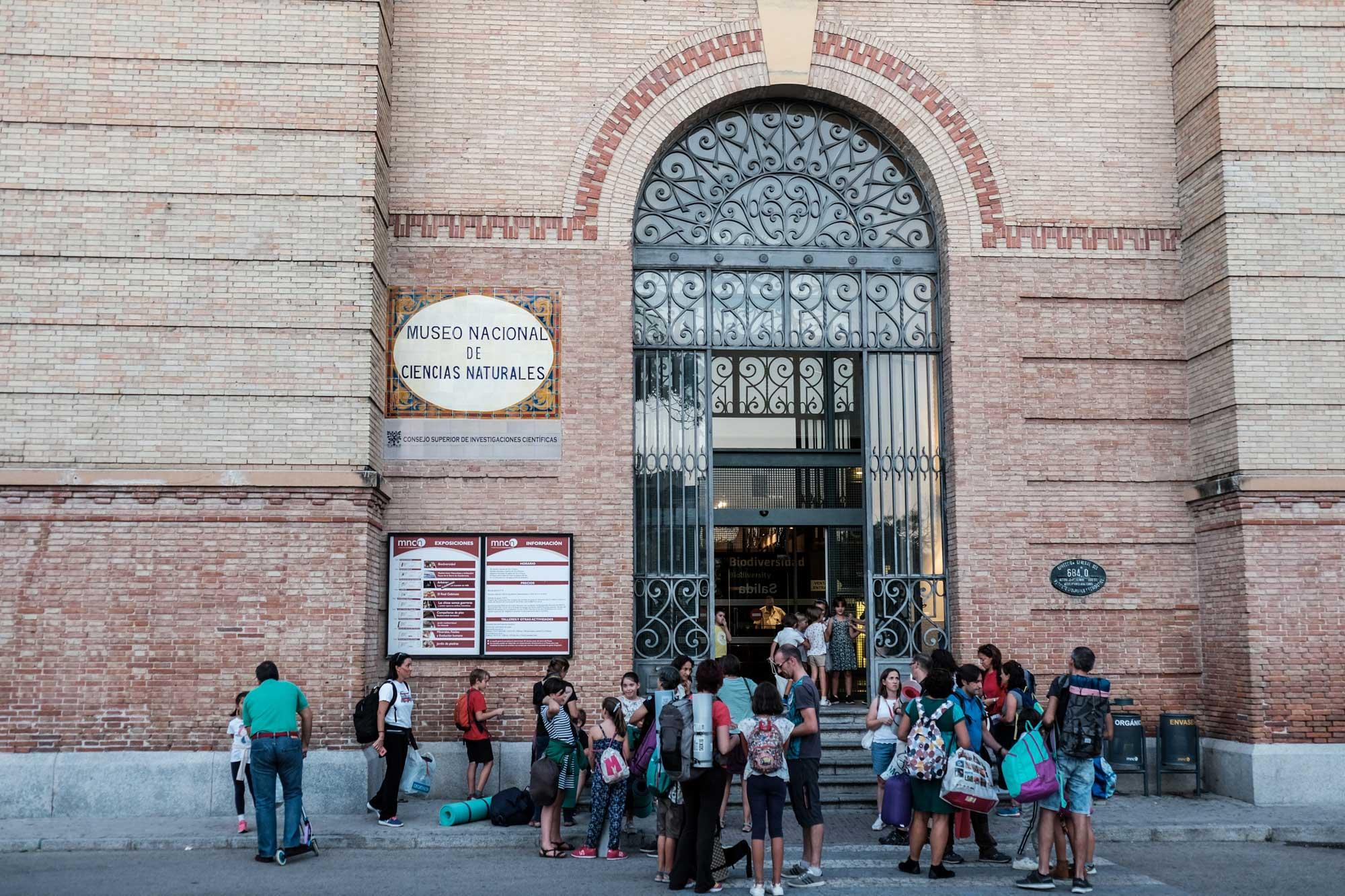 En la puerta del museo, todos listos para entrar con sacos de dormir y esterillas incluidos.