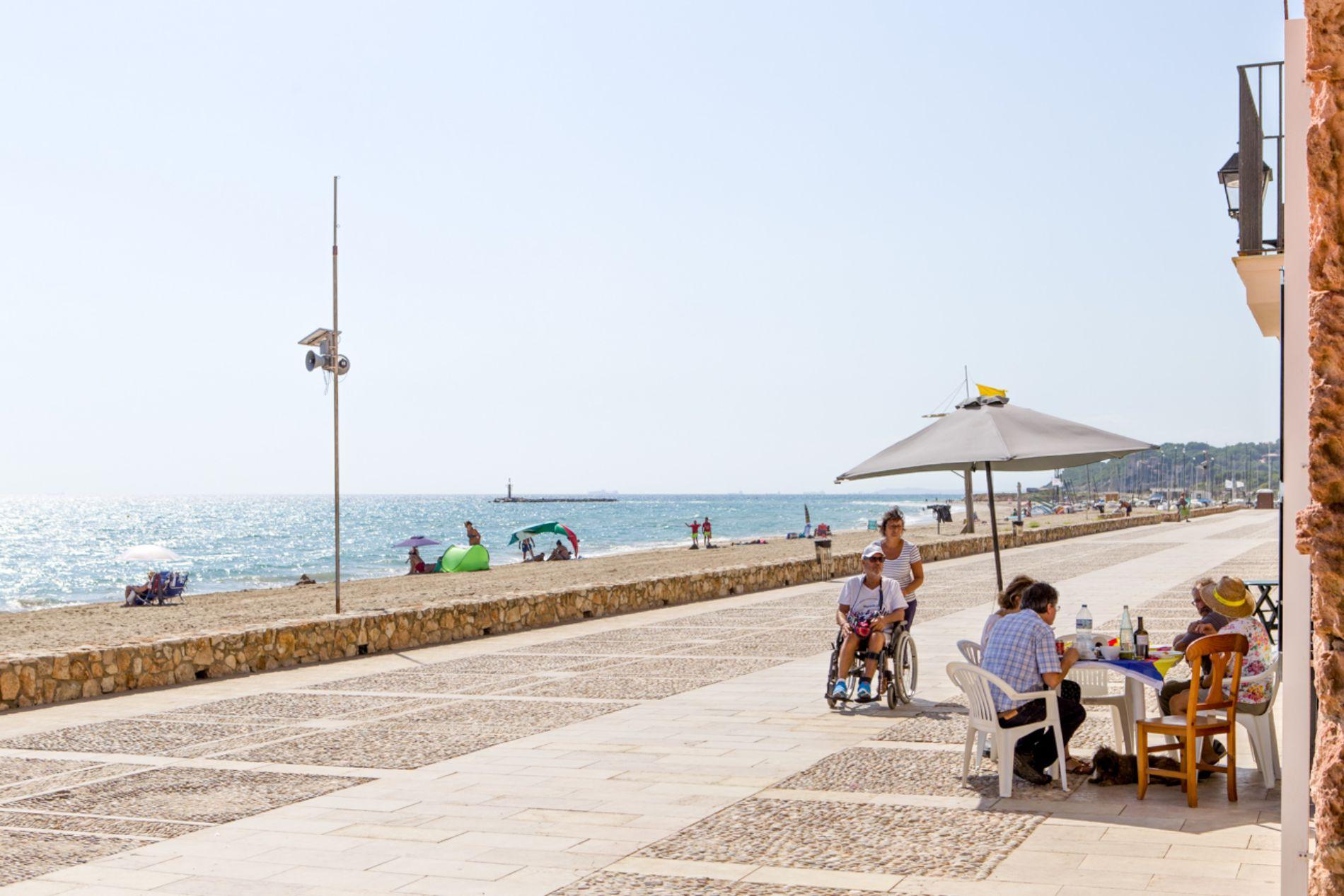 Sentarse a tomar un aperitivo a pocos metros del mar es un auténtico lujo.