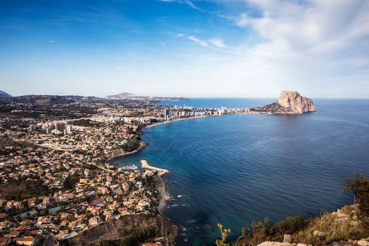 Vistas de Calpe y del Peñón de Ifach desde el mirador de Morro de Toix, en Alicante.
