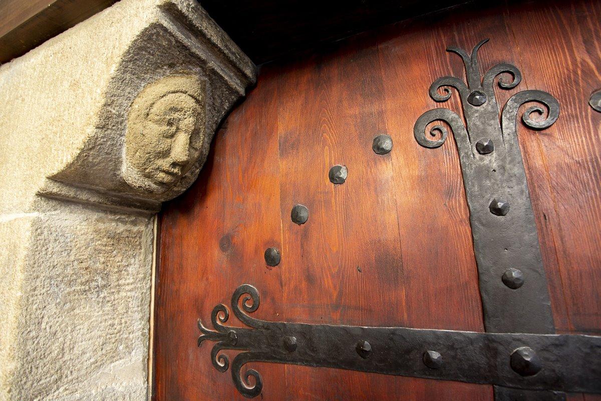 Las puertas de las antiguas casas solariegas están plagadas de detalles.