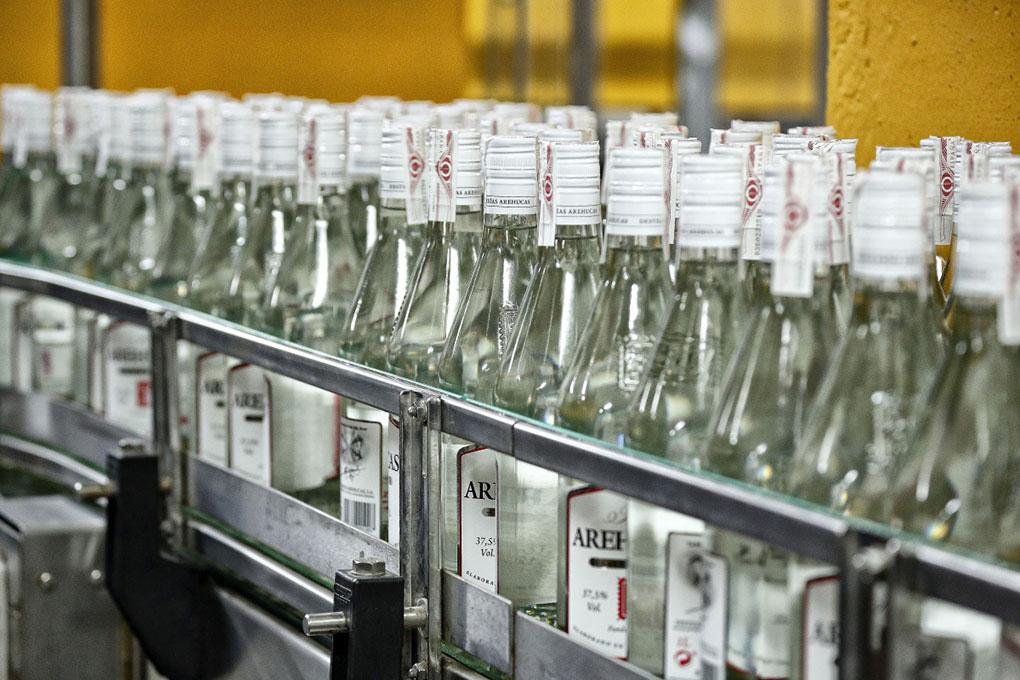 La maquinaria ha sustituido el embotellado manual de los destilados.