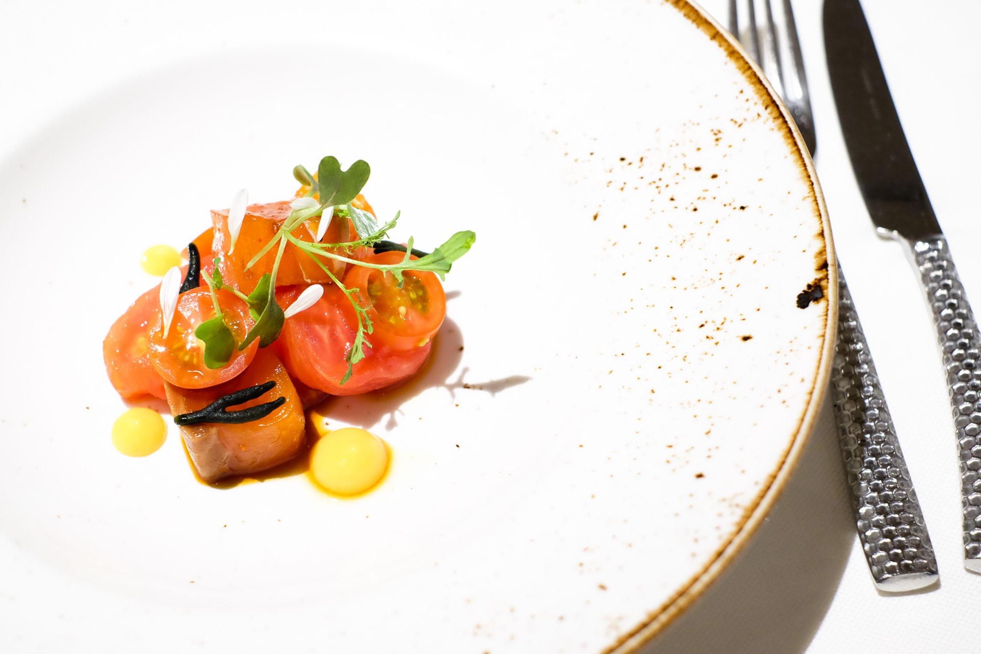 Ensalada de tomate y salmón marinado para abrir boca.