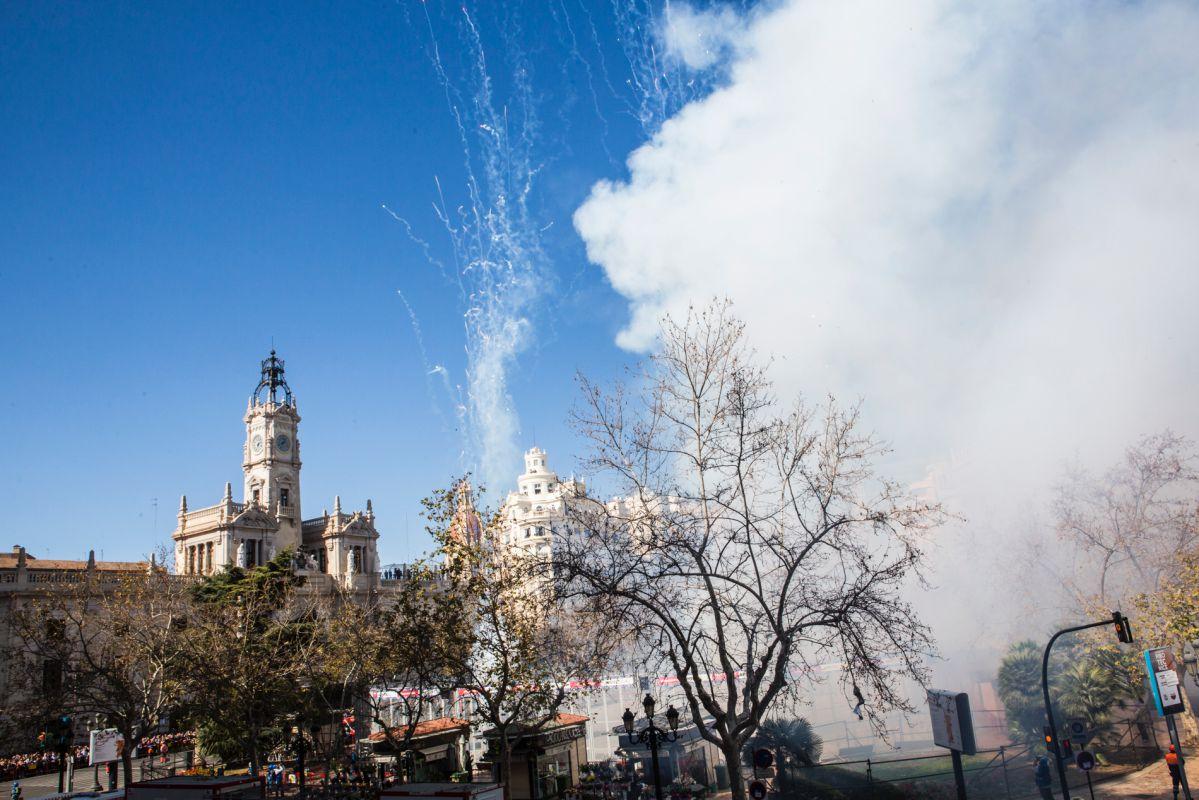 La mascletà hace vibrar a todo el mundo que se concentra en torno a la Playa del Ayuntamiento de Valencia.